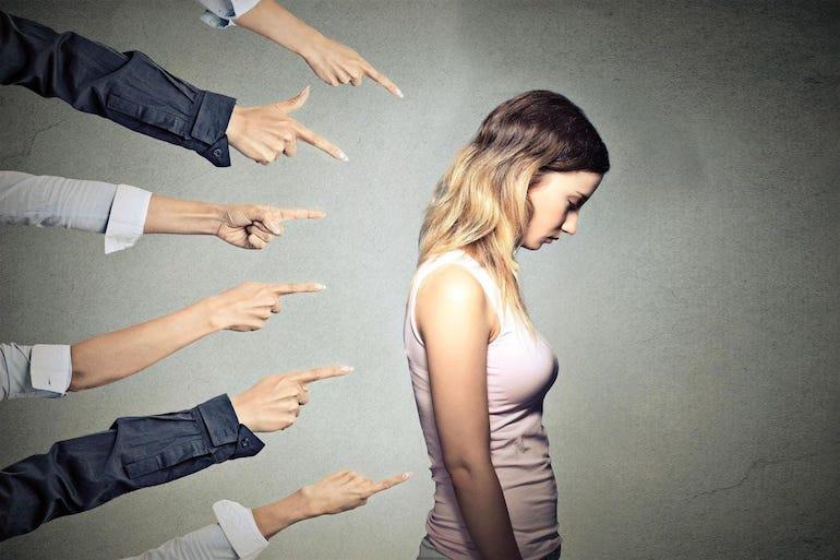 Девушку осуждают и этим понижают ее самооценку