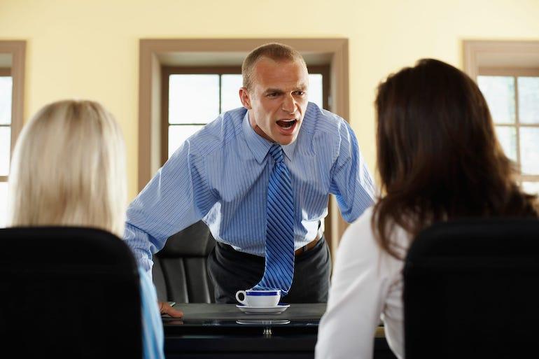 Как адекватно реагировать на агрессию и оскорбления: 3 эффективных совета психолога + фразы на все случаи жизни