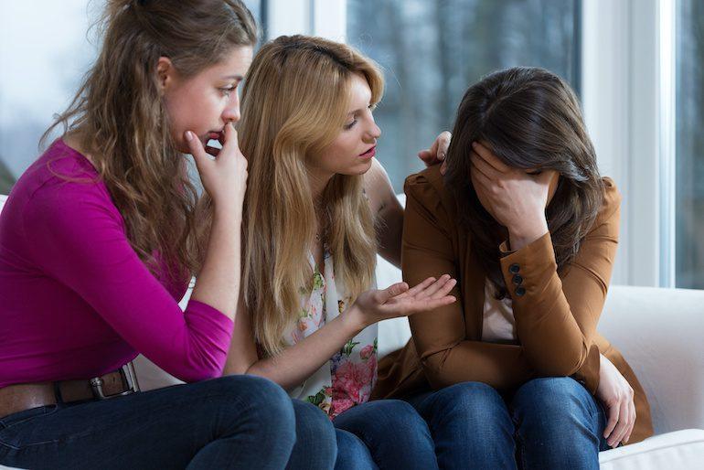 Подруги поддерживают девушку
