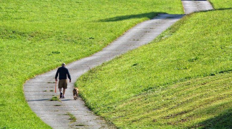 Человек идет пешком