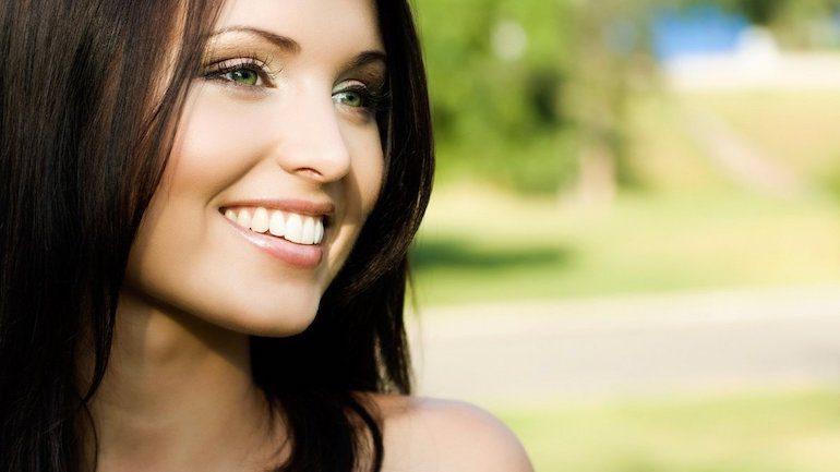Красивая улыбка у девушки