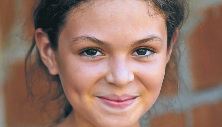 Девушка презрительно улыбается