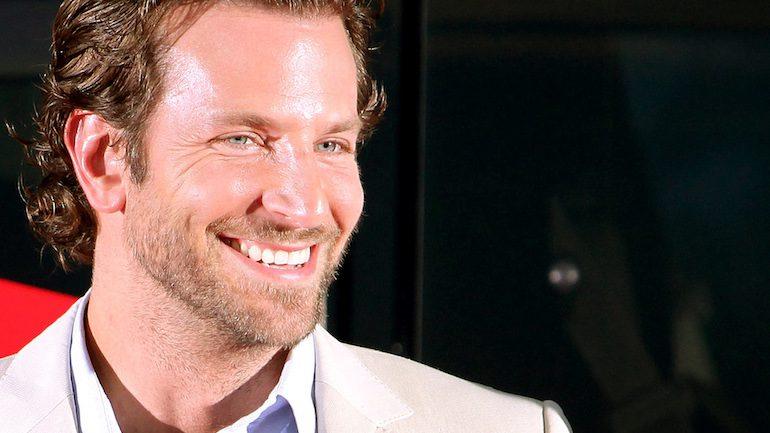 Брэдли Купер красиво улыбается