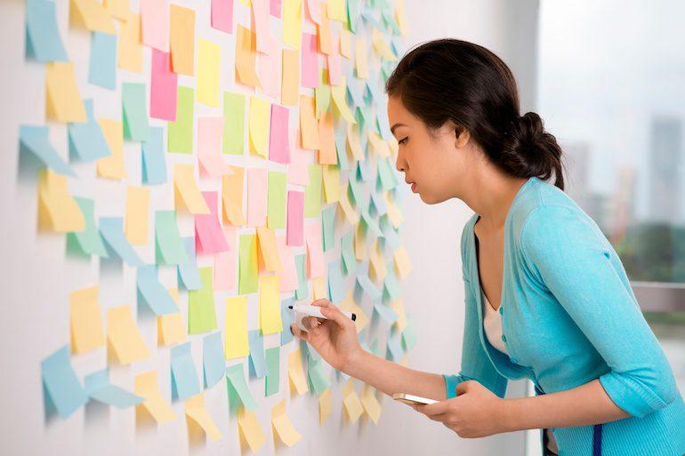 Девушка записывает цели на бумаге